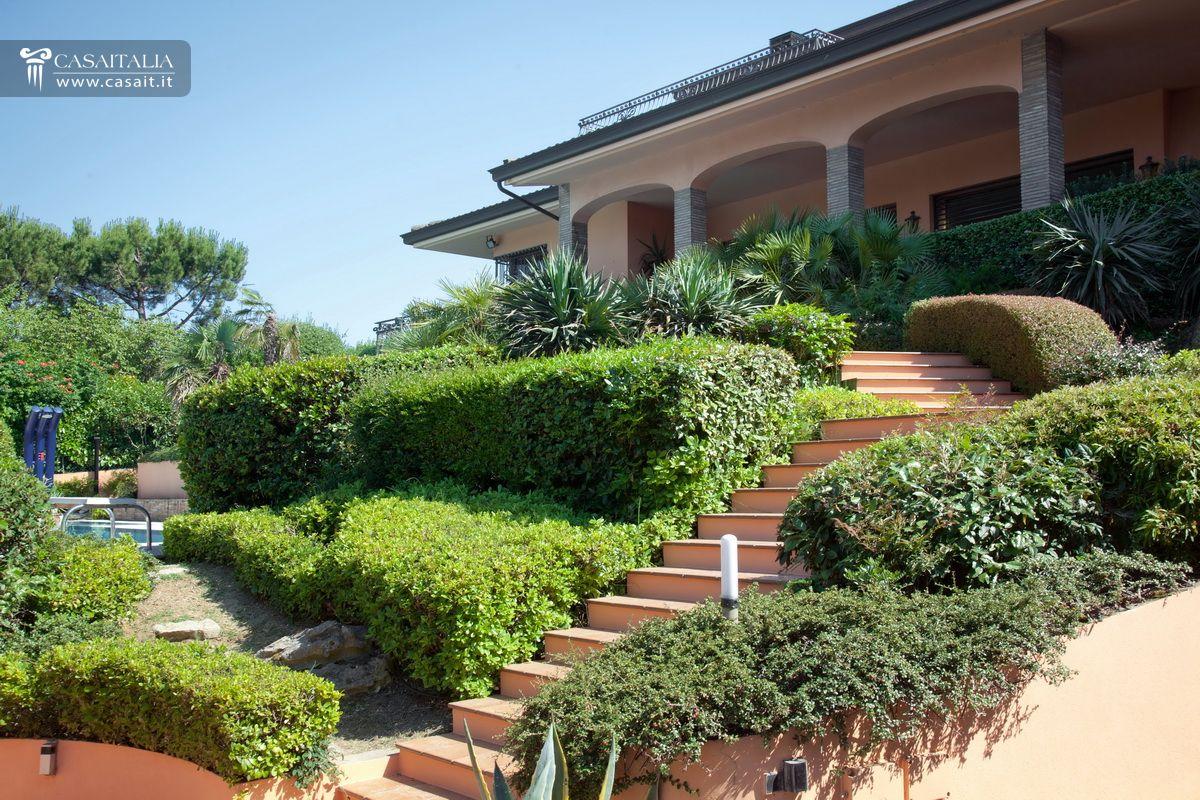 Villa in vendita a riccione - Immagini di villette con giardino ...