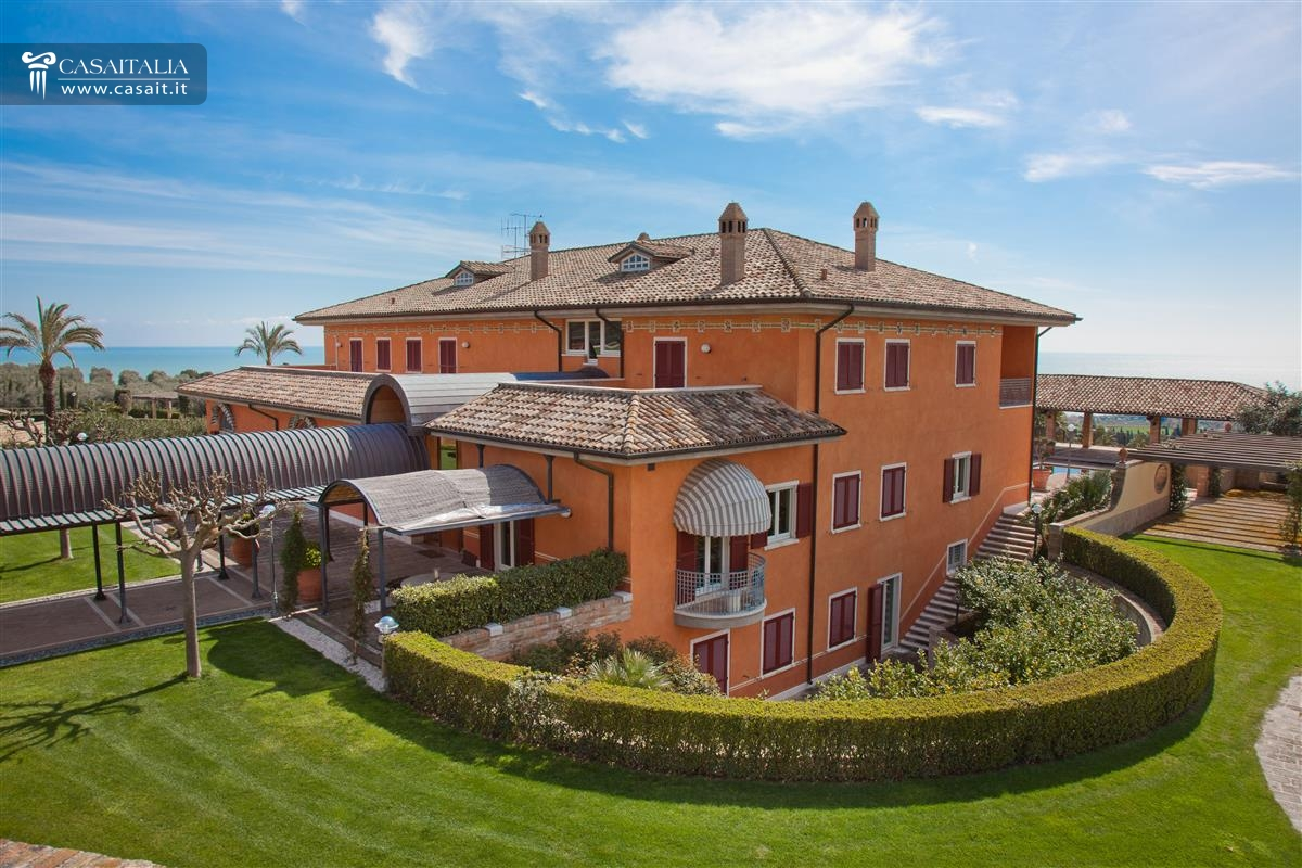 Villa di lusso sul mare in vendita nelle marche for Vendesi ville di lusso