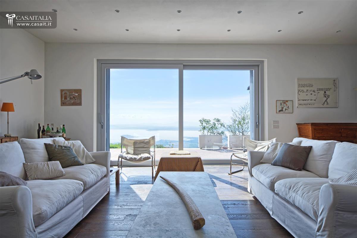 Lussuosa villa in vendita sul lago trasimeno umbria for Arredamenti interni ville moderne