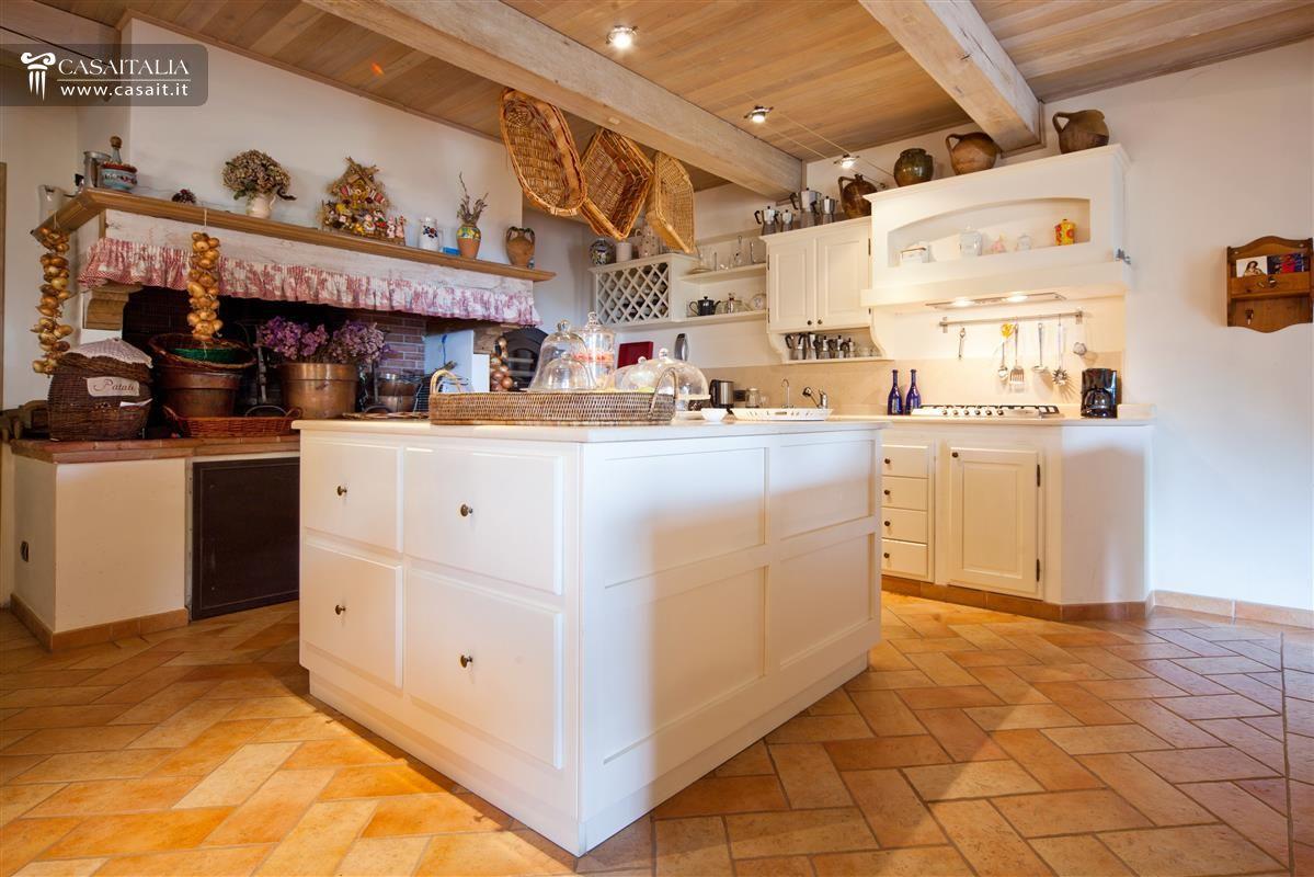 Villa in vendita sul lago trasimeno for Case con grandi cucine in vendita