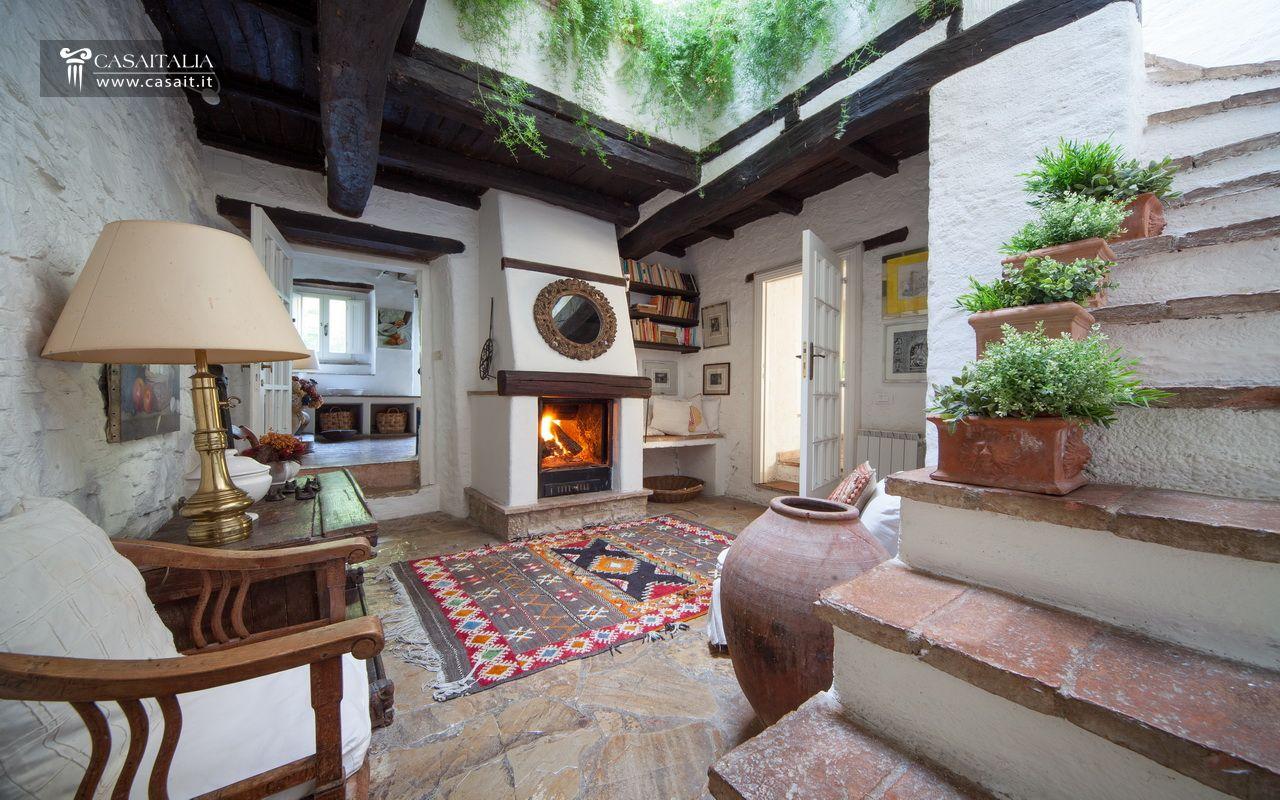 Antico casale con torre medievale in vendita - Interni casali ...