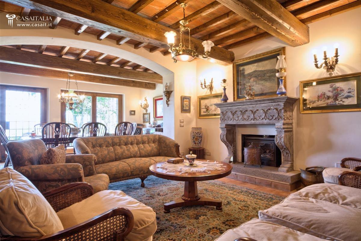 24 . Salotto Rustico In Pietra Con Camino E Chitarre Interior Design ...